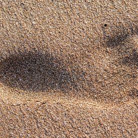 Empreinte dans le sable humide sur Harrie Muis
