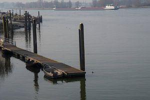 rivierenlandschap met vrachtschip