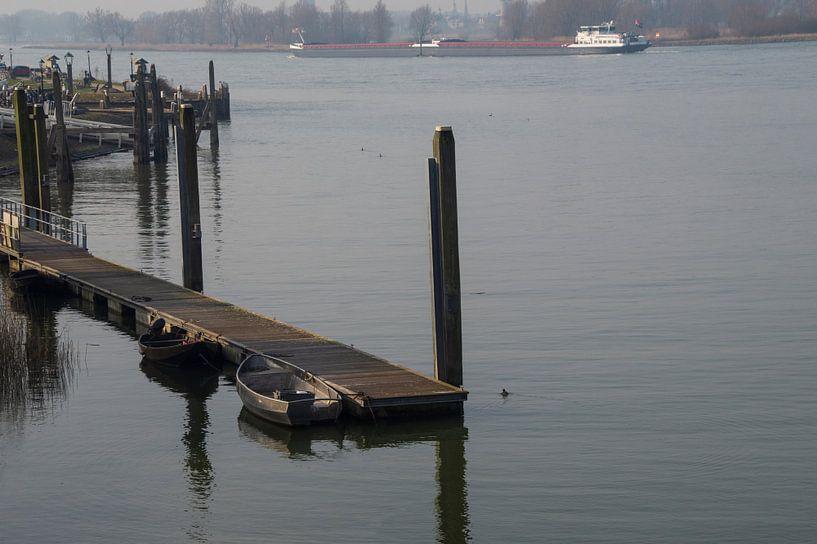 rivierenlandschap met vrachtschip van wil spijker