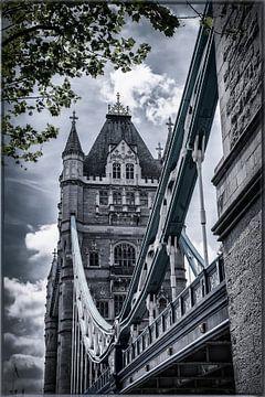 Naast de Tower Bridge van Jackie van der Meulen