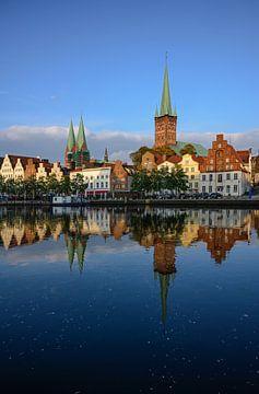 Stadslandschap van de historische oude stad van Luebeck in Duitsland met reflectie in de rivier de T van Maren Winter