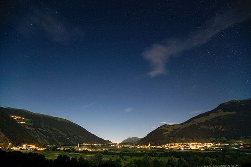 Alpen dorpjes in de nacht van