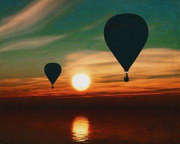 Heteluchtballonnen varen over de zee tijdens zonsondergang