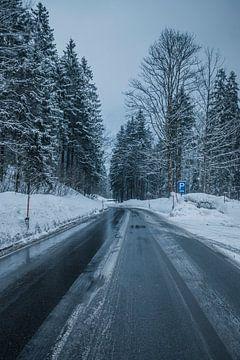 Snowy road van Lars Stoof