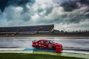 Alfa Romeo 155 racer in de regen op TT-circuit