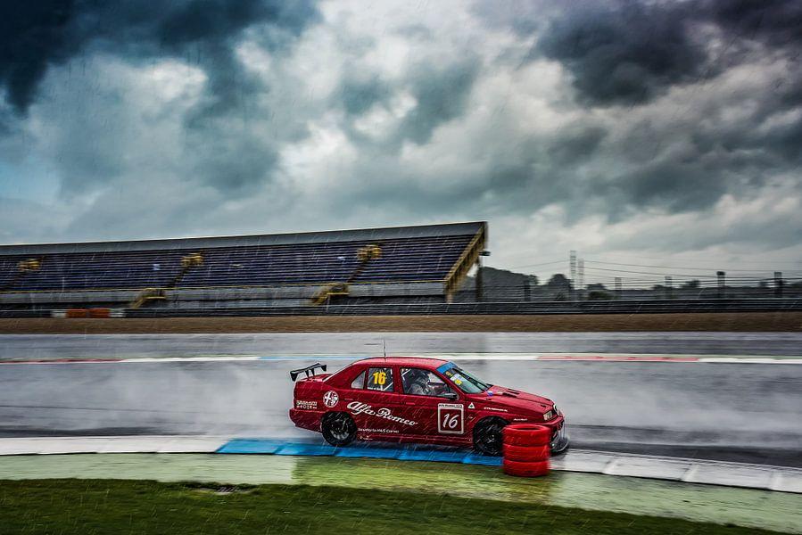 Alfa Romeo 155 racer in de regen op TT-circuit van autofotografie nederland