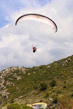 Paragliden boven het strand van het Griekse eiland Lefkada van Shot it fotografie