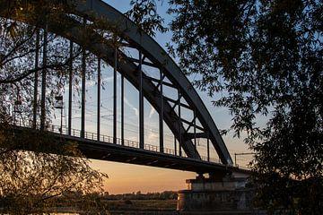 Spoorbrug Culemborg bij zonsondergang von Anouk IJpelaar