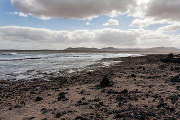 Dunkle Landschaft der Brandung an einem bewölkten Tag in Fuerteventura von Peter de Kievith Fotografie