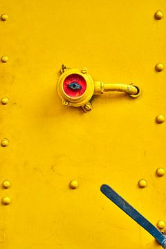 Schakelaar in rood op een gele trein van Jenco van Zalk