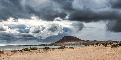 Montana Amarillo op La Graciosa ten noorden van Lanzarote, een van de Canarische Eilanden. van Harrie Muis