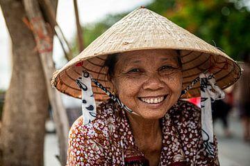 Vietnamese vrouw met een Nón Lá - strooien hoed van Ellis Peeters