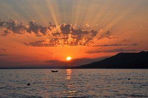 Stralen van zonlicht door de wolken