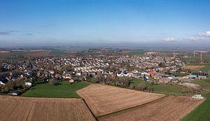 Luchtfoto van Ubachsberg in Zuid-Limburg van John Kreukniet