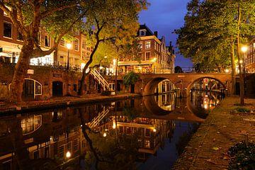 Oudegracht in Utrecht met Gaardbrug sur Donker Utrecht