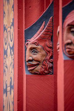 Koppen naast ramen van Raadhuis van Bazel in Zwitserland van Joost Adriaanse