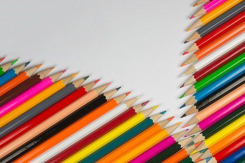 Collectie van bont gekleurde potloden in rits vorm