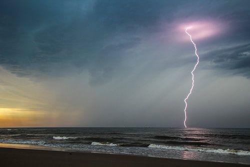 Onweer in de Noordzee van Arie  van Duijn