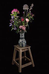 Modern stilleven Delfts blauwe vaas met bloemen van Marjolein van Middelkoop