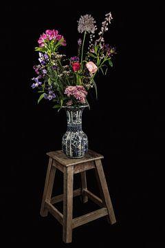 Modernes Stillleben Delfter Blau Vase mit Blumen von Marjolein van Middelkoop