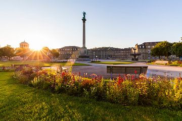 Schlossplatz in Stuttgart bei Sonnenaufgang von