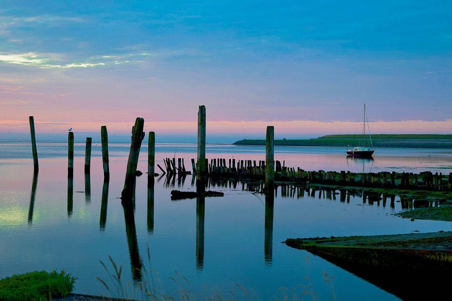 Mooie kleuren bij zonsopkomst van Dick Hooijschuur