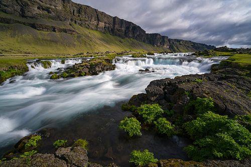 Waterval langs de zuidkust, IJsland van