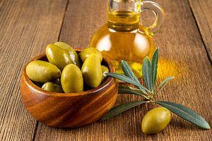 Groene olijven met olijftak en olijfolie