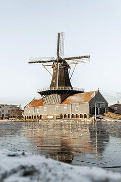 Hollandse molen tijdens vorst van HappyTravelSpots