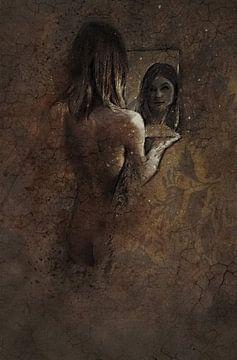Frau schaut in den Spiegel von Rudy & Gisela Schlechter
