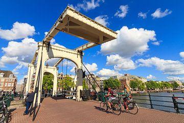 Fietsers op de Magere brug in Amsterdam sur