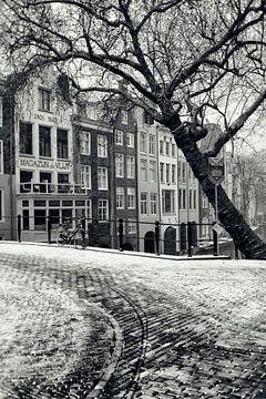 Op de hoek van de Gaardbrug bij de Oudegracht in Utrecht in de winter.  (Utrecht2019@40mm nr 23) van