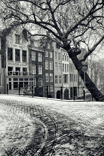 Op de hoek van de Gaardbrug bij de Oudegracht in Utrecht in de winter.  (Utrecht2019@40mm nr 23)