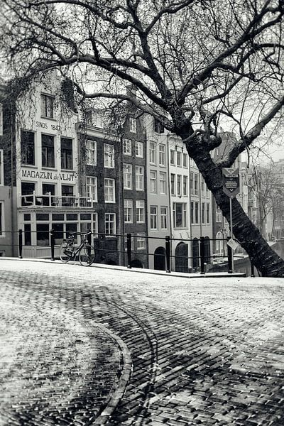 Op de hoek van de Gaardbrug bij de Oudegracht in Utrecht in de winter.  (Utrecht2019@40mm nr 23) van De Utrechtse Grachten