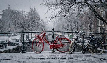 Rode fiets in de sneeuw