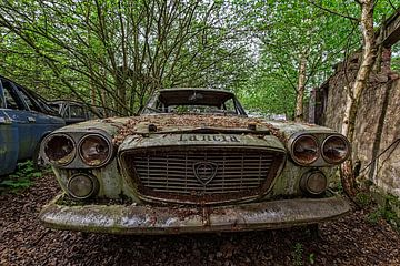 Rusty Lancia Flavia im Hinterhof eines leeren Hauses in Belgien von Cees Stalenberg