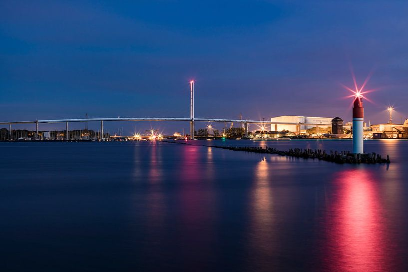 Rügenbrücke über den Strelasund in Stralsund am Abend von Werner Dieterich