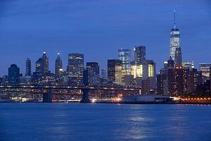 Lower Manhattan Skyline in New York in de avond met Brooklyn Bridge op de voorgrond