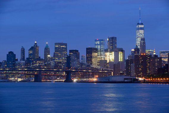 Lower Manhattan Skyline in New York in de avond met Brooklyn Bridge op de voorgrond van Merijn van der Vliet