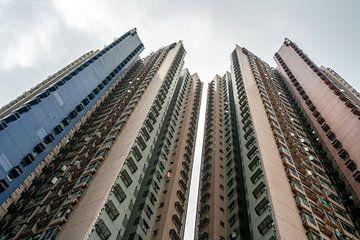 Flatgebouw met lucht in Hong Kong van Mickéle Godderis