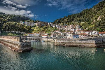 Entree van het Noord-Spaanse havenstadje Elantzxobe van Harrie Muis