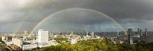 Panorama van Rotterdam met regenboog