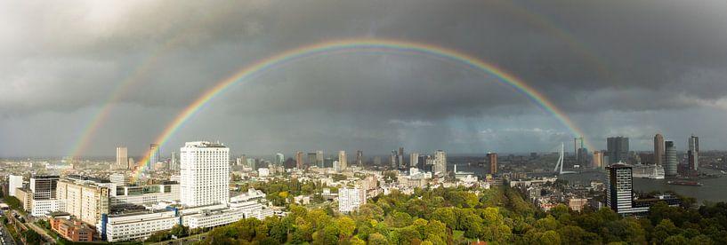Panorama van Rotterdam met regenboog van Michel van Kooten