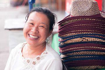 Portret van Chinese hoedenverkoopster von André van Bel