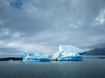 Landschap met blauwe ijsbergen in het Jökulsárlón ijsmeer in IJsland van Teun Janssen