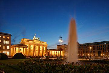 Porte de Brandebourg avec fontaine sur la Pariser Platz à Abendd�mmerung, Berlin, Allemagne sur Torsten Krüger