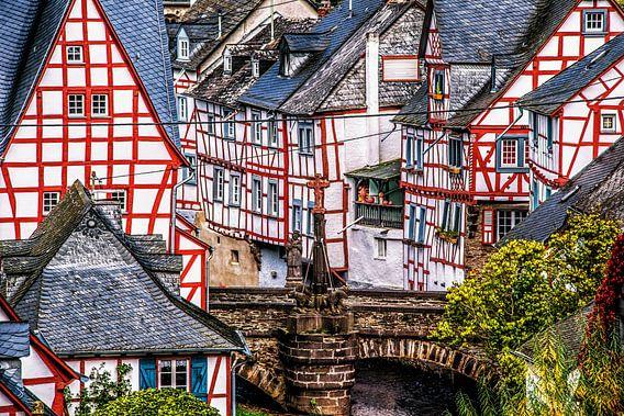 Centrale brug in het historische Duitse vakwerk dorpje Mont Real