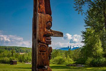 Totempaal in prachtig landschap, Canada van Rietje Bulthuis