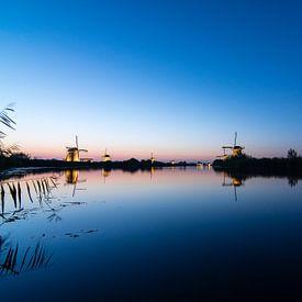 Daar bij de waterkant... ( zonsondergang bij Kinderdijk)  van Hans Brinkel