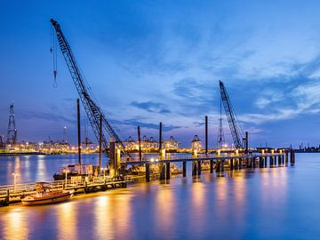 Verlichte pier met grote kranen op twilight_2 van Tony Vingerhoets